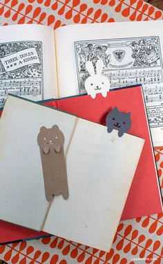 DIY your Christmas gifts this year with GLAMULET. Plantilla y archivo de corte para hacer estos marcapáginas // DIY Papercut Animal Bookmarks - Lia Griffit Cute Crafts, Diy And Crafts, Crafts For Kids, Cute Diys, Diy Paper, Paper Art, Paper Crafts, Origami, Craft Projects