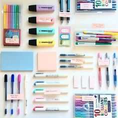 I love this flatlay of amazing study supplies. It includes my favourites like Stabilo pastel highlighters I love this flatlay of amazing study supplies. It includes my favourites like Stabilo pastel highlighters and mildliners. School Stationery, Cute Stationery, Stabilo Pastel Highlighter, Stationary Store, Stationary Supplies, Stationary Design, College Stationary, School Suplies, Stabilo Boss