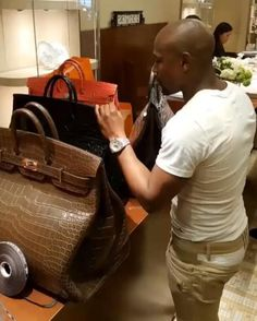 He's known for his love of money and boxing star Floyd Mayweather has been at it again as he splashed the cash on a trip to Paris. The American spent a total of more than on bags Hermes Men, Hermes Bags, Floyd Mayweather, Bolso Birkin Hermes, Birken Bag, Piel Natural, Go Bags, Luxury Bags, Leather Men
