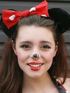 Minnie Mouse Costume Some of this year's favorite Halloween costumes are tradition and others are super trendy. We've found DIY inspiration for every single one. Halloween Mono, Pretty Halloween, Halloween Make Up, Halloween Party, Vintage Halloween, Minnie Mouse Kostüm, Disfraz Minnie Mouse, Diy Minnie Mouse Makeup, Mini Mouse Makeup