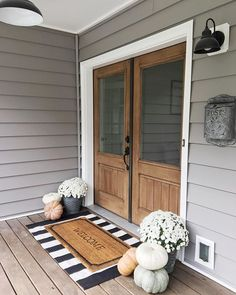 33 Magical Front Door Colors Design Ideas - All Hallows' Eve - Halloween Deko Future House, My House, Fall Home Decor, Autumn Home, Front Porch Fall Decor, Fall Front Door Decorations, Front Porch Lights, Fall Front Porches, Fromt Porch Ideas