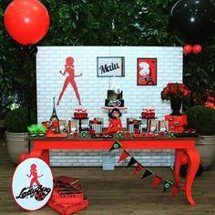 Festa super bacana com o tema do momento para meninas: Lady Bug! Lindo o contraste do painel branco com a mesa e peças vermelhas #kikidsparty #ladybug #festaladybug #festamenina Por @dmstudiodefestas03