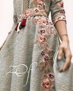 Emirati Designer-Zari O Folak Muslim Fashion, Hijab Fashion, Fashion Dresses, Couture Mode, Couture Fashion, Kaftan Moroccan, Hijab Stile, Hippy Chic, Caftan Dress