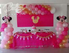 Mesa principal, incluye arreglos con globos, telón, mantel, banderín, ponqué, pasabocas y detalles decorativos