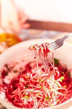 O řepě bylo napsáno mnoho oslavných slov, a přece se nestala tou nejoblíbenější zeleninou u nás. A to chci změnit. Jak jste si mohli všimnout, za řepu jsem lobbovala už několikrát. Ani tentokrát mému hlasitému chvalozpěvu na rudé i pruhované bulvy kořenové zeleniny neuniknete. Takže znovu apeluji na Kitchen Hacks, Pesto, Vegan Recipes, Spaghetti, Ethnic Recipes, Food, Healing, Vegane Rezepte, Essen