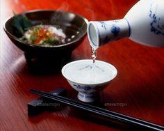 日本酒を注ぐ (c)arc image gallery