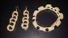 Braccialetto e orecchini in cotone dorato e perle nere. Realizzati all'uncinetto