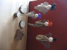 ENGEL Körper aus afrikanischem Holz und Perlhuhn-Federn als Flügel. Drht und Holzklötzchen als Fuss.