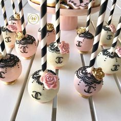 Chanel Birthday Party, 25th Birthday Parties, Basketball Birthday Parties, Chanel Party, Elegant Cake Pops, Elegant Cakes, Dessert Bar Wedding, Wedding Desserts, Channel Cake