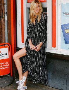 Déclinée en longue robe portefeuille, la robe à pois gagne en nonchalance joyeuse (photo Camille Charrière)