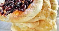 Langosi - gogosi foarte pufoase optional acoperite cu branza, smantana, sunca, dulceata, mujdei de usturoi. Moussaka, Thai Curry, Baked Goods, Food And Drink, Baking, Desserts, Recipes, Romania, Pastries