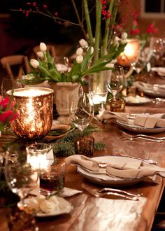 Photo: Genevieve Garruppo/Lonny Forget tacky Santa platters and Christmas tree chargers. When Lonny Style Editor Sarah Storms hosts a holiday dinner party this is what it looks like. Christmas Table Settings, Christmas Tablescapes, Christmas Table Decorations, Holiday Decor, Holiday Dinner, Jantar Country, Shabby Vintage, All Things Christmas, Christmas Holidays