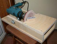 Usando a empunhadeira da furadeira é possível fazer essa lixadeira fixa de mesa.