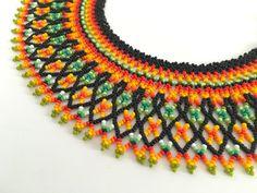 Collar Chaquiras elaborado por la tribu Embera de Colombia Diy Jewelry, Beaded Jewelry, Jewelery, Jewelry Making, Beaded Collar, Collar Necklace, Crochet Necklace, Beaded Necklace, Beaded Bracelets