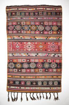 Camargo Kilim. Centraal-Anatolië. 235 x 145 cm. hand geweven.