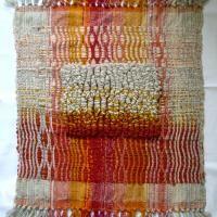 Arazzo Autoctonia Ideato e tessuto a mano nel 2010, rappresenta la peculiarità del laboratorio Pamphile: connubio tra ricerca progettazione e artigianato tessile.