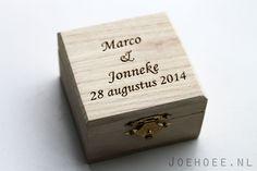 Ringkistje alternatief houten ringkussen, namen gegraveerd in hout. Leuk ook als sieradendoosje na de bruiloft. www.joehoee.nl