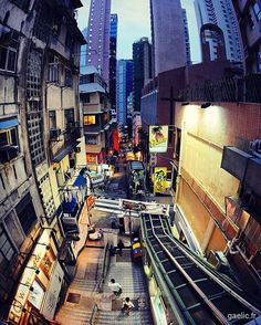 The ascent #hongkong Central-Mid-Levels Escalators #hk #city #travel Longest outdoor covered #escalator and #walkway system in the world (length 800m - elevation 135m) (à CentralMid-Levels escalator and walkway system)