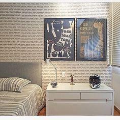 Paleta suave estabelece elegância a quarto jovem valorizado por papel de parede em leitura contemporânea de poucos itens by @johannaanastasia  #homedecor #arquiteturadeinteriores #bedroom #decoraçãodeinteriores  #decoração  #lightdesign #interiordesign #contemporarystyle #papeldeparede #bedroom #youngbedroom #contemporarydecor #quartojovem
