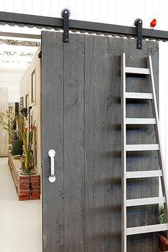 Een schuifdeur kan een hoop ruimte besparen en met zo een mooi exemplaar is het ook nog een pracht om naar te kijken.