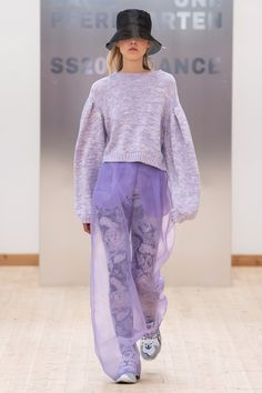 Baum und Pferdgarten Copenhagen Spring 2020 Fashion Show Collection: See the complete Baum und Pferdgarten Copenhagen Spring 2020 collection. Look 13 ✫♦๏☘‿SU Oct ༺✿༻☼๏♥๏写☆☀✨ ✤ ❀‿❀ ✫❁`💖~⊱ 🌹🌸🌹⊰✿⊱♛ ✧✿✧♡~♥⛩ ⚘☮️❋ Lila Outfits, Purple Outfits, Catwalk Fashion, Fashion 2020, Fashion Trends, Knitwear Fashion, Knit Fashion, Fashion Fashion, Fashion Models