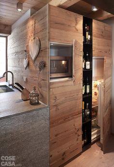 Allineata alla penisola, c'è un'intera struttura contenitiva che si percepisce invece come parete. #casa #cosedicasa #arredamento #arredamentocasa #design #home #house #cucina #kitchen #chalet