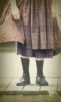 dots. Se parece a los vestidos de la casa de la pradera, la enagua, el vestido y el delantal. Zapatos zafios con medias recatadas y negras
