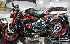 lewis-hamilton-MV-augusta-custom-dragster-RR-LH44-motorcycle-2015-EICMA-designboom-07