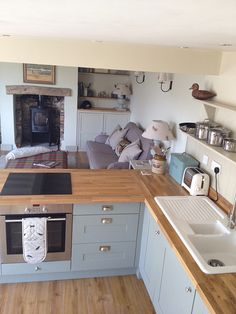 Farmhouse kitchen decor and layout ideas tugs at the heart as it tempts the senses with elements of an earlier, easier time. Small Cottage Kitchen, Open Plan Kitchen Living Room, Cottage Kitchens, Farmhouse Kitchen Decor, Country Kitchen, New Kitchen, Home Kitchens, Kitchen Ideas, Cosy Kitchen
