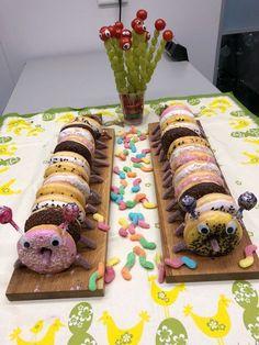 Donut caterpillar – nourriture et boisson – - Gateau Jungle Safari Cake, Safari Birthday Cakes, Safari Cakes, Halloween Finger Foods, Kids Party Snacks, Donut Decorations, Homemade Birthday Cakes, Dessert For Dinner, Cakes And More