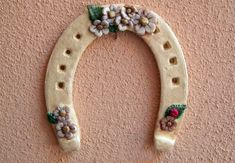Ferro di cavallo portafortuna    #TuscanyAgriturismoGiratola Horseshoe Crafts, Horseshoe Art, Biscuit, Salt Dough, Clay Creations, Clay Crafts, Crochet Flowers, Spring Flowers, Decoupage