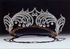 Tiaras: Past and Present, by Geoffrey Munn. I Love Jewelry, Jewelry Art, Vintage Jewelry, Fine Jewelry, Fashion Jewelry, Royal Jewels, Crown Jewels, Invisible Crown, Princess Jewelry