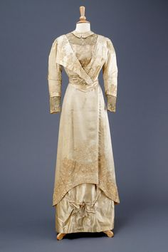 Cream satin wedding dress, 1911. Hull Museum via Fripperies and Fobs