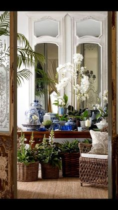 restaurant portion - baskets, mirrors, white and wood mix Classic Blue and White Chinoiserie - Chinoiserie Chic - Home Decoration - Interior Design Ideas Chinoiserie Elegante, Urban Deco, British Colonial Decor, Interior And Exterior, Interior Design, Asian Interior, Design Interiors, House Interiors, Interior Doors