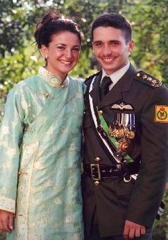 Jordan Crown Prince Hamza Bin al-Hussein and Princess Noor Bint Aasem Bin Nayef pose for a picture prior to their engagement ceremony at the royal palace August 2003 in Amman, Jordan. Casa Real, Queen Noor, Queen Rania, Jordan Royal Family, King Abdullah, Divorce, Russian Wedding, Funny Profile Pictures, Royals