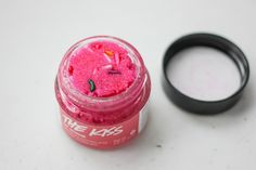 2015 Valentine's Day Collection from LUSH is available and I totally freaked out when I saw it. I decided to pick. Lush Cosmetics, Handmade Cosmetics, Beauty Care, Diy Beauty, Lip Scrub Lush, Love Lips, Lush Bath Bombs, Glo Up, Lush Products