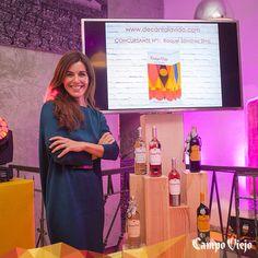 Raquel Sánchez Silva junto a sus propias botellas de #CampoViejo personalizadas. Para ella era importante aportar sensación de calidez al tacto de la botella. #StreetsOfColour
