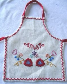 Portuguese embroidery traditional design. Swedish Weaving, Traditional Design, Aprons, Portuguese, Hand Embroidery, Stitches, Needlework, Knit Crochet, Arts And Crafts