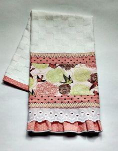 Pano de copa felpudo com babado e barrado em tecido Além dessa estampa, há a opção de escolher outra estampa e cor.