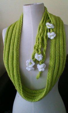 Nido verde en #tricot con Flores colgantes puede utilizarse suelto sobre el torso o anudado como cuello