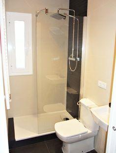 Instalación de mampara para plato de ducha cerámico en piso de Barcelona.