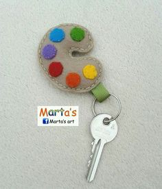 Making key rings - good idea for male gifts. Felt Crafts Diy, Felt Diy, Fabric Crafts, Sewing Crafts, Sewing Projects, Kids Crafts, Felt Keychain, Keychains, Felt Brooch