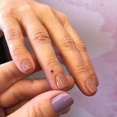 Tatouage mains : ces inspirations repérées sur Pinterest pour être stylée jusqu'au bout des doigts ! Cute Little Tattoos, Tiny Tattoos For Girls, Cute Tattoos For Women, Pretty Tattoos, Tiny Finger Tattoos, Finger Tattoo Designs, Tiny Heart Tattoos, Finger Tats, Finger Tattoo Heart