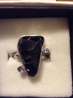 Anillo obsidiana en bruto y circones en plata