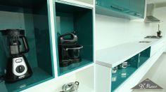 Para dar mais personalidade à sua cozinha, revista os nichos com acabamento colorido.