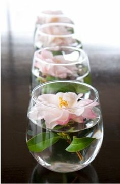 centre de table avec fleurs flottantes