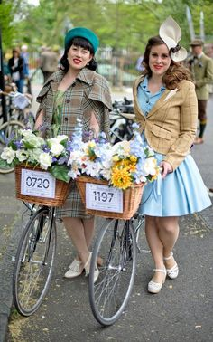 Sartorial cyclists take to the streets of London for the eighth annual Tweed Run, in pictures Retro Bicycle, Bicycle Girl, Vintage Bicycles, Style Retro, My Style, Retro Fashion, Vintage Fashion, High Fashion, Pretty Outfits