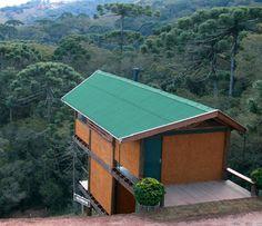 Voltada para a mata de araucárias, a casa se confunde com a paisagem. Na cob...