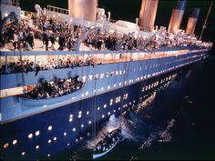 Hier zie je hoe mensen uit het schip werden geholpen in reddingsboten. Ik heb deze afbeelding gekozen omdat de titanic maar een paar reddingsboten had, omdat ze het anders lelijk vonden en het schip zou 'onzinkbaar' zijn. Ik vindt het heel erg dat ze dat risico hebben genomen en daardoor niet genoeg reddingsboten hadden voor alle passagiers.