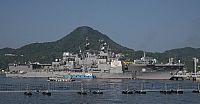 160610-N-QY759-003 Sasebo, Japón (10 de junio, 2016) crucero de misiles guiados USS Mobile Bay (CG 53) y Japón Marítima Fuerza de Autodefensa helicóptero destructor JS Hyuga (DDH 181) amarrado en el comandante, Flota de Estados Unidos Actividades Sasebo .  Ambos barcos están en Sasebo para Malabar Malabar 2016. 2016 es un ejercicio marítimo trilateral diseñada para mejorar la cooperación dinámica entre la Armada de la India, Japón Fuerza Marítima de Autodefensa (JMSDF) y las fuerzas de la…